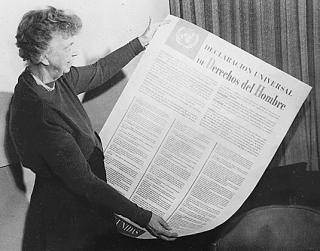 Eleanor Roosevelt mit einem Ausdruck der AEMR in Spanisch.