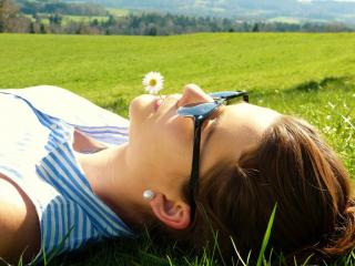 Im Gras liegende Frau