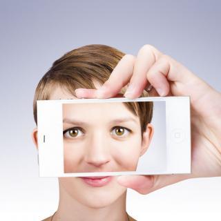 Junge Frau bei Selfie-Aufnahme