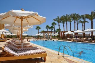 Swimming Pool mit Sonnenschirmen