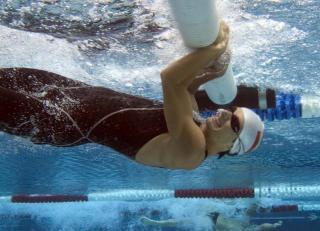 Hindernisschwimmer beim Überwinden eines Balkens
