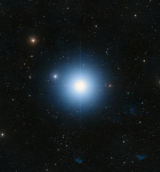 Stern Formalhaut leuchtet im Herbst abends über dem Südhorizont.