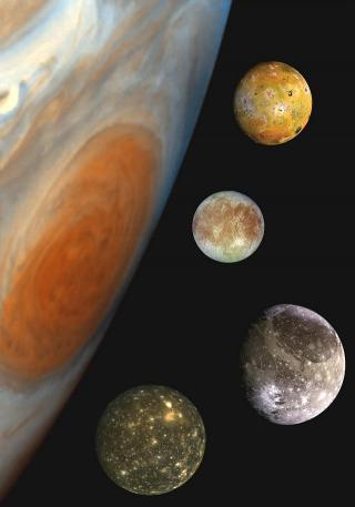 Galileische Monde vor dem Großen Roten Fleck (von oben: Io, Europa, Ganymed und Kallisto)