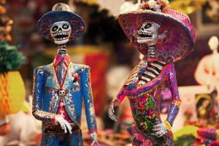 Bunte Skelette als Dekor zum Día de los Muertos