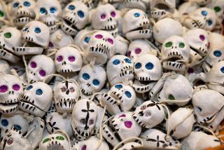 Künstliche Totenköpfe als Kettenanhänger