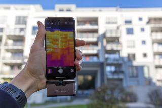 Handy mit Infrarot-Kameraaufsatz