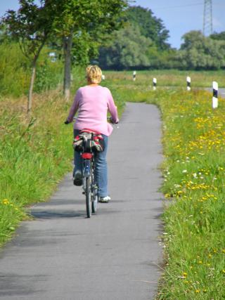 Radfahrerin im Grünen