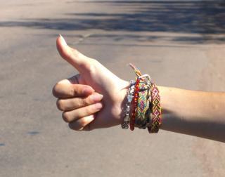Daumen raus - Hand eines Anhalters
