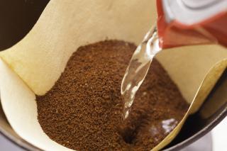 Kaffeefilter mit Kaffeepulver und Wasser