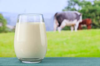 Milchglas vor offenem Fenster