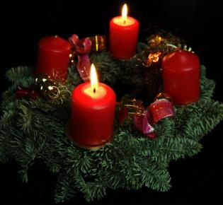 Adventskranz mit zwei brennenden Kerzen