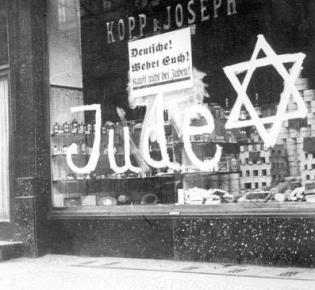 Antisemitische Schmiererei an einem jüdischen Geschäft im November 1939