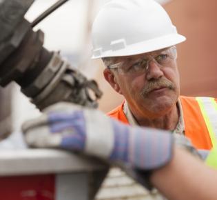 Älterer Mann auf Baustelle