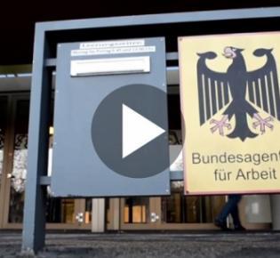 Eingang zu einem Arbeitsamt mit Adler-Hoheitszeichen