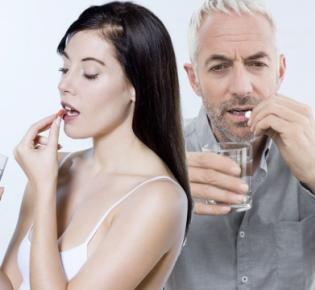 Frau und Mann bei Einnahme einer Tablette