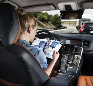 Blick in das Cockpit eines fahrerlosen Volvos
