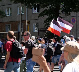 Demonstrationsteilnehmer mit Flaggen in den Farben Schwarz-Weiß-Rot, Berlin