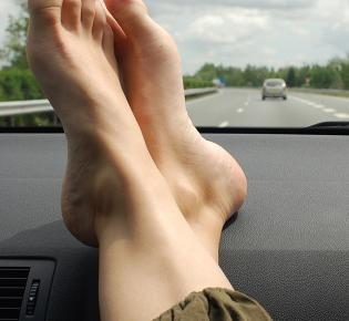 Barfuß im Auto