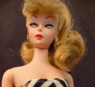Reproduktion der ersten Barbiepuppe von 1959
