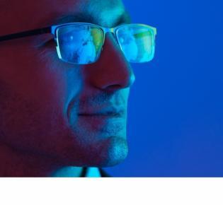 Männerkopf in blauem licht