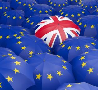 Regenschirme in EU- und Union-Jack-Farben