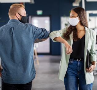 Ebola-Gruß und Mund-Nasen-Schutzmaske