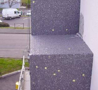 EPS-Dämmplatte an der Außenmauer eines Wohngebäudes