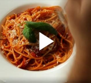Spaghetti mit Tomatensoße, aber ohne Parmesanstreukäse