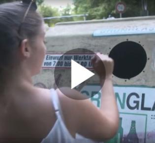 Junge Frau beim Einwerfen in den Glascontainer