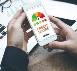 Smartphone mit Credit-Score-Anzeige