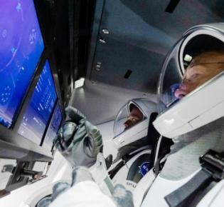 Cockpitszene in der Dragon-Kapsel