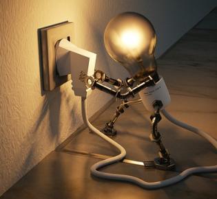 Comic-Figur einer Glühbirne steckt eigenen Stecker ein