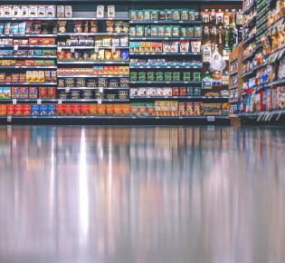 Warenregale im Supermarkt