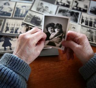 Familienalbum mit SW-Fotos