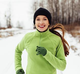 Joggerin in verschneiter Landschaft
