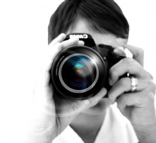 Blick in das Objektiv einer Fotografin