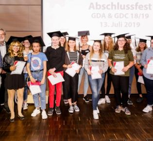 Mädchengruppe mit Diplomen