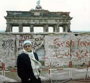 Die Cousine von Eva und Maria Kunze vor der Mauer - zwei Wochen vor dem Mauerfall.