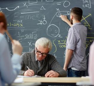 Mathematikunterricht mit Schüler an der Tafel