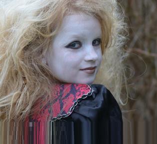 Als Hexe kostümiertes Mädchen