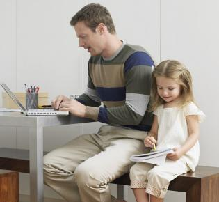 Homeoffice: Vater + Tochter