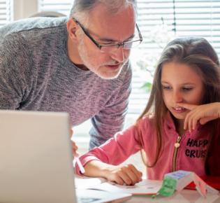 Vater udn Tochter beim Homeschooling