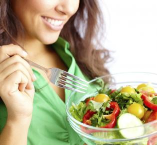 Salatessende Frau