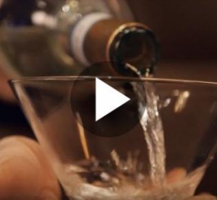 Auffüllen eines Weinglases