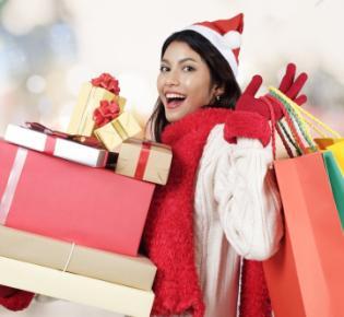 Junge Frau mit Weihnachtseinkäufen