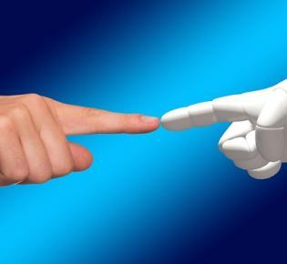 Menschliche Hand überträgt den göttlichen Funken auf Roboterhand