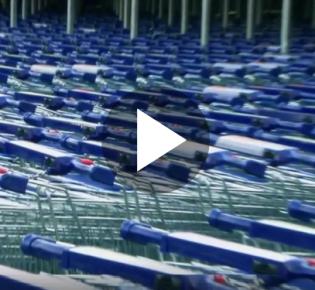 Einkaufswagen vor schwedischem Megasupermarkt