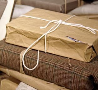 Mit Altpapier und Stoffe verpackte Geschenke