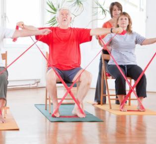 Senioren bei Rückenübungen