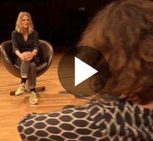WDR-Moderatorin Anja Backhaus und die Düsseldorfer Kulturschaffenden Christiane Oxenfort und René Heinersdorff in der Tonhalle